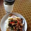 พริกแกงรวมมิตรไข่ดาว มาพร้อมกับกาแฟ รสชาติสั่งได้
