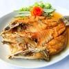 ปลากะพงสดๆ ทอดจนเหลืองสวย ราดน้ำปลาดีปรุงรสออกเค็มหวาน รสชาติเยี่ยม