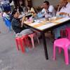 หมามาร่วมโต๊ะได้ พอเจ้าของกินเสร็จก็พาหมาไป คนใหม่ก็นั่งต่อ