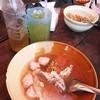 น้ำซุปในชาม ประกอบไปด้วย ลูกชิ้นหมูเด้ง, กระดูกหมูชิ้นโต, ขาไก่ และเลือดหมู