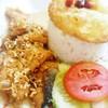 ข้าวปลาแซลม่อนกระเทียม + ไข่ดาว @ 75 บาม