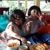 เอมิลี่ทานเฟรนฟรายกับพี่โซฟี ที่ร้าน Bee' s cafe