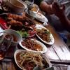 อาหารละลานตา เต็มโต๊ะ เน้นถ่ายที่ละจานคงแย่งเพื่อนทานไม่ทันแน่ๆ
