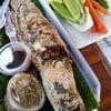 ปลาเผามาพร้อมน้ำจิ้มสองอย่างและผักสดค่ะ