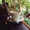 จิบกาแฟท่ามกลางสวนใต้ต้นไม้ใหญ่ ในบรรยากาศฝนหยุดตกใหม่ๆ ช่างสุดยอดมาก