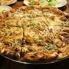 BBQ Chicken Pizza หั่นเป็นชิ้นสี่เหลี่ยม ถาดใหญ่อร่อยมีสไตล์