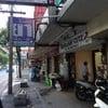 อยู่บนถนนสุขุมวิท ร้านหาง่ายค่ะ ป้ายร้านใหญ่ เห็นชัดเจน