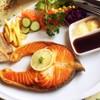 แซลม่อนสเต๊ก ถ้าย่างเนื้อปลาคงอร่อยกว่านี้ แต่อันนี้น่าจะทอด ก็อร่อยระดับนึง