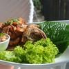 ทับทิมชมสวนเสิร์ฟคู่กับผักสดและน้ำจิ้มเมี่ยงปลาทอดทานคู่กันผักปลาราดน้ำจิ้มอร่อย