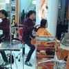 ลูกค้ามาตัดผมที่ร้าน Anyamanee Hair Center กับช่างต้น