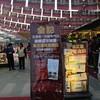 ด้านหน้าร้าน มีป้ายโฆษณารางวัลและดาวมิชลินที่ได้ รวมถึงรายการอาหารและราคาชัดเจน