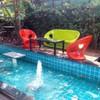 มุมสระน้ำ กับเก้าอี้สีสันสดใส