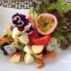 ยำที่เต็มไปด้วยผลไม้หลากหลาย จัดแต่งสวยงามรสชาติกลมกล่อม เด็กๆทานได้