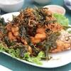 ปลาทับทิมทอดหั่นเป็นชิ้นพอคำ กับสมุนไพรกรอบๆ ทานกับน้ำจิ้มซีฟู้ดรสจัด อร่อยมาก
