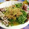 ปลาหมึกสดๆราคาตามน้ำหนักที่มาพร้อมกับผักขึ้นช่ายลวกเหมาะกับคนที่มีความดันสูง (คอ