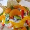 เมอร์แรงหวานพอดีกับครีมสดราดซอสเสาวรสและผลไม้รวม