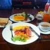 Bacon-Ham-Sausage-Omelet ส่วน Side Dish จะเป็นสลัดผักมะม่วง