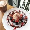 Brownie ครีมชีส เนื้อหนุบหนับ เข้ากันดีกับไอครีมวนิลลาเย็นๆและสตอเบอรี่หวานฉ่ำ