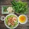 เฝอต้มยำแห้ง แนะนำให้ทานคู่กับผักต่างๆ ใส่ลงไปคลุกเข้าด้วยกัน รสชาติจะหอมขึ้นมาก