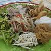 ใส่สารพัด ทั้ง หอยต้ม แหนม หมูยอ แคบหมู ปลากรอบ ขนมจีน ผัดหมี่ลาว ถั่วงอกสด ผักบ