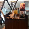 มุมเครื่องดื่มด้านหน้าบริการในคลับ กาแฟ ช็อกโกแลตกดได้ บางทีมีถาดผลไม้ด้วย