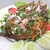 ปลาทอดราดน้ำจิ้มราเด็ดโรยหน้าด้วยเครื่องหอมพร้อมทานคู่กับผัก