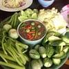 เสริฟพร้อมผักสด กะปิหอม รสชาติหวานนิดๆ พอทานรวมกับเนื้อระกำเปรี้ยวหวานกำลังดี