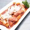 แป้งต๊อกบกกิ ผักและไส้กรอกต้มในซอสเกาหลีรสจัด ท๊อปด้วยมอซซาเรลลาชีสเยิ้ม