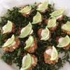 ไก่ทอดกรอบวางมาบนผักซอยทอดกรอบครีมมะนาวพร้อมเนื้อมะนาวหอมๆ กลมกล่อม