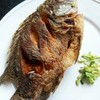 ปลาทอดได้กรอบนอก นุ่มใน เนื้อปลายังฉ่ำ ไม่แห้งดีค่ะ ตัวใหญ่มากด้วย