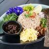 ข้าวคลุกกะปิดอกไม้: เมนูซิกเนเจอร์ของทางร้าน จัดจานสวยจนไม่กล้ากิน