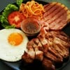 สเต็กหมูสันคอ+สเต็กแฮม ซอสพริกไทยดำ เสริม ไข่ดาว เบค่อน สปาฯผัดซอสมะเขือเทศ