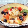 แป้งแพนเค้กกรอบนุ่มกับผลไม้สด กราโนล่า และไอศครีมวนิลลา
