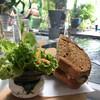 แซนด์วิชทูน่าทานกับขนมปังกรอบๆและผักสด