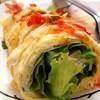 แป้งและไข่ตีจนเข้ากันใส้ผักและหมูยอ จิ้มน้ำจิ้มรสเด็ด ลงตัว