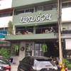 หน้าร้านมีที่จอดรถจำกัด เพราะเป็นที่จอดรวมของหลายร้านในพลาซ่า