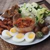 ชุดน้ำพริกอ่อง ผักต้ม พร้อมเสริฟกับไส้อั่ว ไข่ต้ม และหมูอารยา