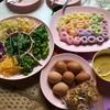 ผักสดสะอาดสีสันสวยงาม มีไข่ต้มให้บริการพร้อม