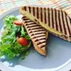แฮมชีสพานินี่ - ขนมปังหนานุ่มกับแฮมและชีส อบร้อนจากเตาจนชีสละลาย หอมกรุ่น อร่อย
