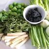 เมนูที่หาทานไม่ได้จากที่ไหน มาแนวสีดำๆชาร์โคล เสิร์ฟพร้อมผักพื้นบ้านสดๆเต็มจาน