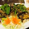 รสชาติของสมุนไพรไทยเข้ากันได้ดีมากกับเนื้อกุ้งแชบ๊วยตัวใหญ่เนื้อหวานราดน้ำยำแซ่บ
