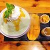 เนื้อบิงซูเป็นรสแคนตาลูป ทานคู่กับมะม่วงและซอสมะม่วงหวานฉ่ำ คอนเฟลกกรุบกรอบ