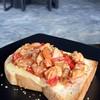 ขนมปังแบบหนานุ่มปิ้งกึ่งกรอบราดด้วยไก่และชีส