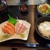 มี Salmon Tuna Hamachi พร้อมเครื่องเคียง ในราคา 300 บาท