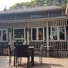 โซนห้องแอร์จะเป็นร้านกาแฟ และมีที่นั่งด้านนอกสวน