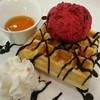 วาฟเฟิลกรอบนอกนุ่มใจ กับ ไอศกรีมเบอรี่ ราดซอสช็ิอกโกแลตเข้มข้น คือดีมากๆค่ะ แนะน