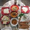 อาหารในแพ็คเกจมื้อเย็น ต้มยำทะเลน้ำข้น หมึกผัดไข่เค็ม ปลาอินทรีย์ทอดน้ำปลา ข้าว