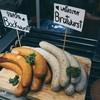 มีทั้ง Bockwurst (ไส้กรอกหมูรมควัน) และ Bratwurst (ไส้กรอกหมูผสมเครื่องเทศนานาชน