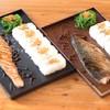 ข้าวญี่ปุ่นร้อนๆ โรยงาและไข่กุ้ง พร้อมปลาแซลมอน ปลาซาบะ ราดซอสสูตรพิเศษของทางร้า