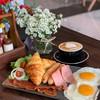 เซตเมนูอาหารเช้า Harry's Full Breakfast ประกอบด้วย ครัวซอง ไข่ดาว แฮม เบคอน และไ